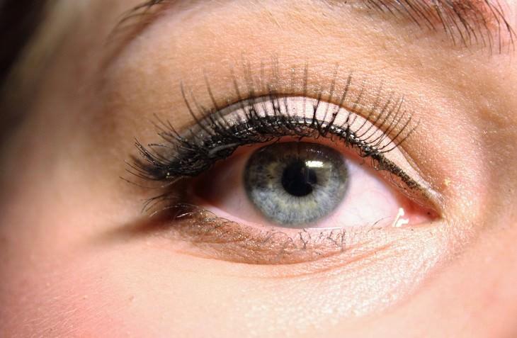 יתרונות הפחם הפעיל: עיניים מאופרות