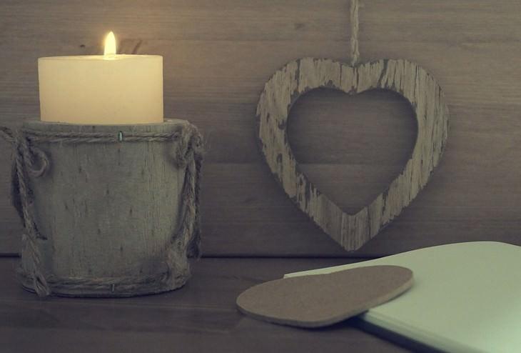 נר לצד לב מעץ