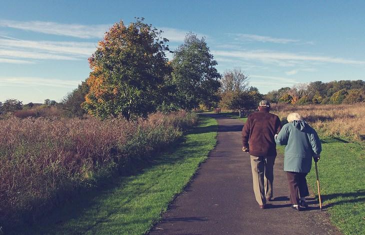 טיפים לחיים מאושרים בגיל הפרישה: זוג קשישים הולכים בפארק
