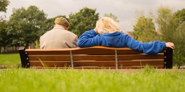 טיפים לחיים מאושרים בגיל הפרישה: איש מבוגר יושב ליד אישה צעירה יותר על ספסל