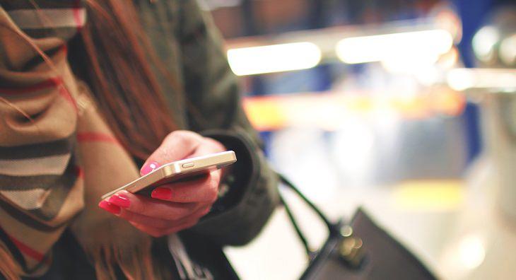 אישה משתמשת בסמארטפון
