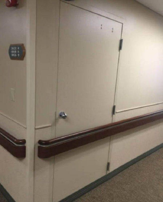 דלת מאחורי מעקה