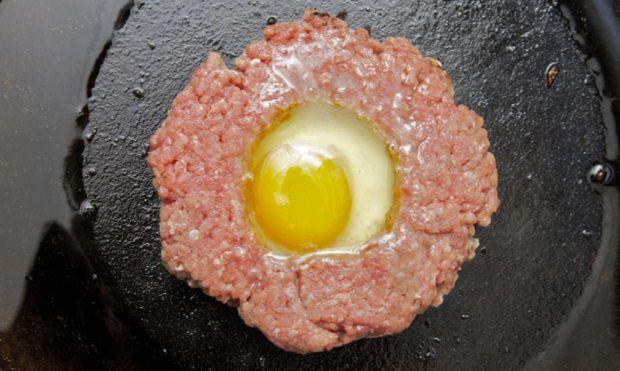 ביצה בתוך המבורגר