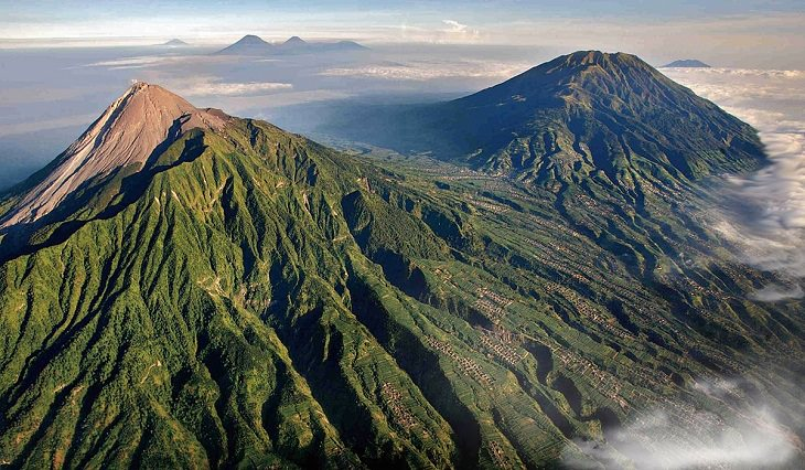 הר געש עם צמחייה המכסה אותו ממבט אווירי