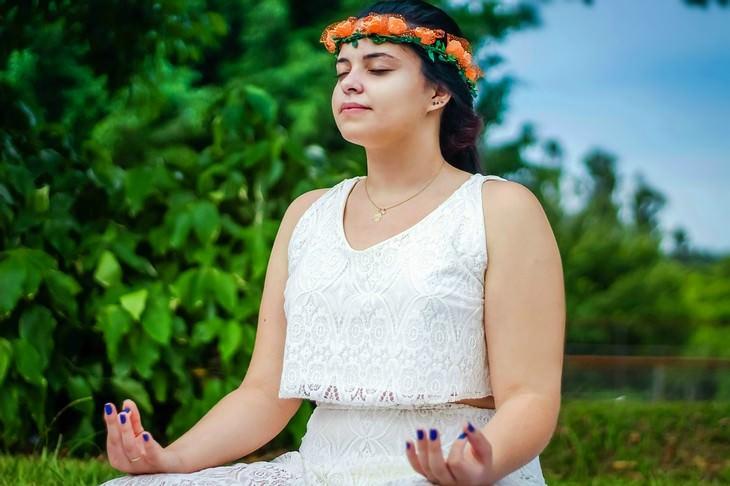 שימושים ויתרונות של תבלין הציפורן: אישה מתרגלת מדיטציה
