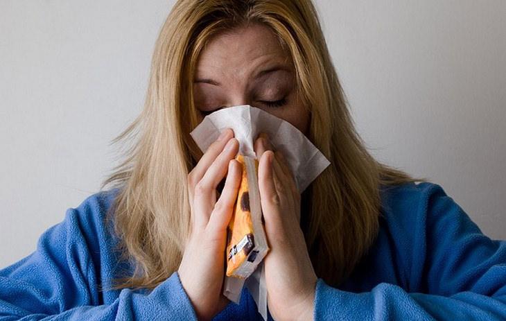 שימושים ויתרונות של תבלין הציפורן: אישה מקנחת את האף