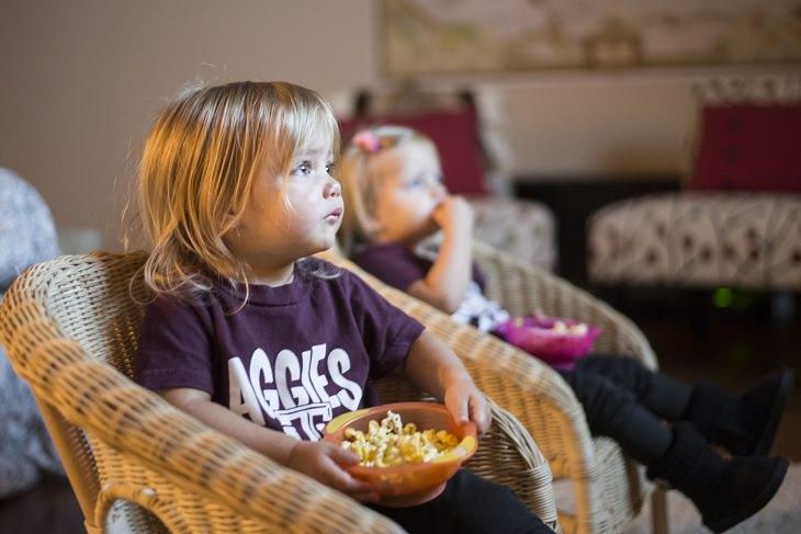 ילדה אוכלת מקערה
