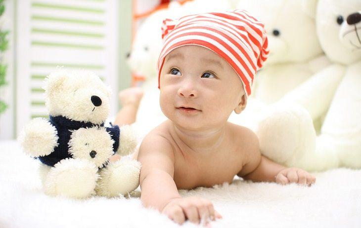 תינוק על שמיכה מביט למעלה