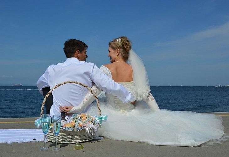 זוג נשוי על שפת הים