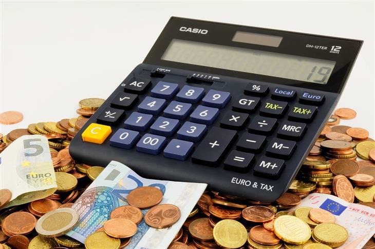 מחשבון על ערימת מטבעות ושטרות