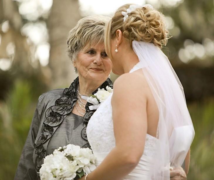 סבתא מביטה על נכדתה בשמלת כלה