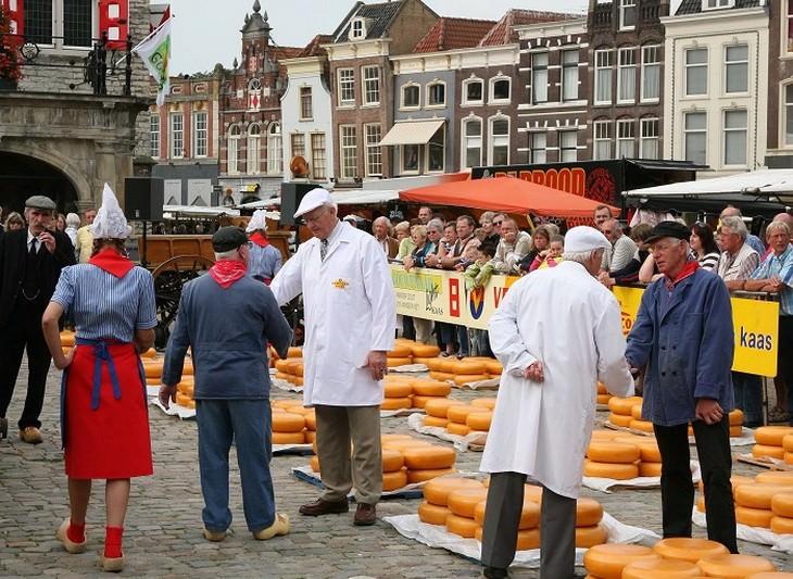 רוכלים מוכרים גבינות בשוק של חאודה
