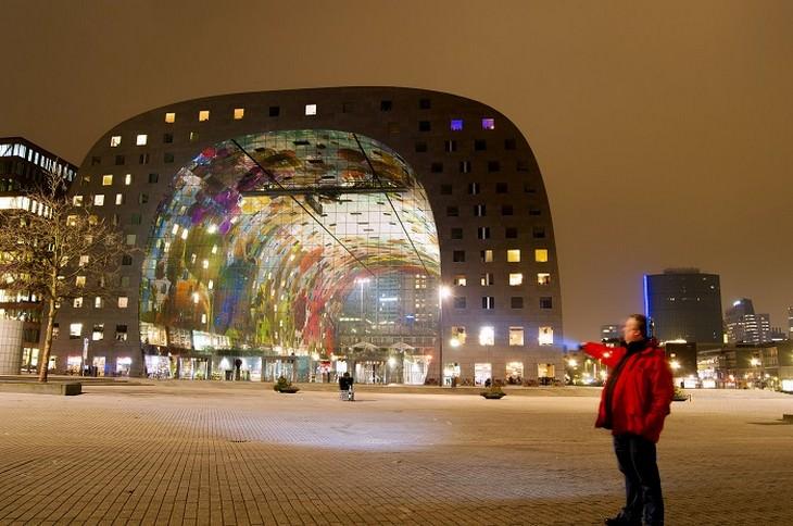 בניין חצי עגול במרקט הול בהולנד