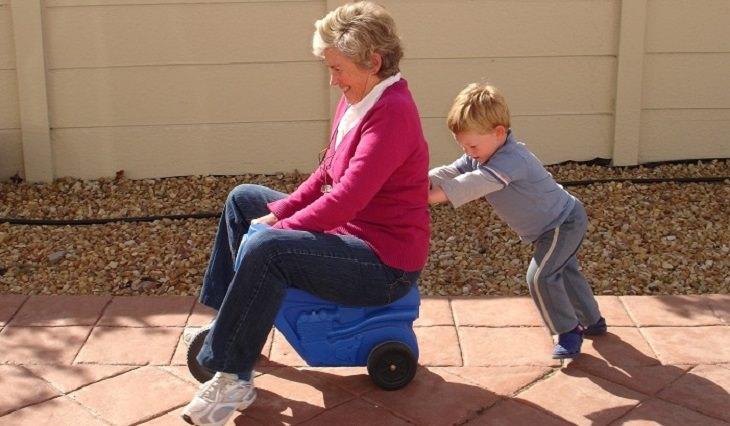 סבתא משחקת עם נכדה