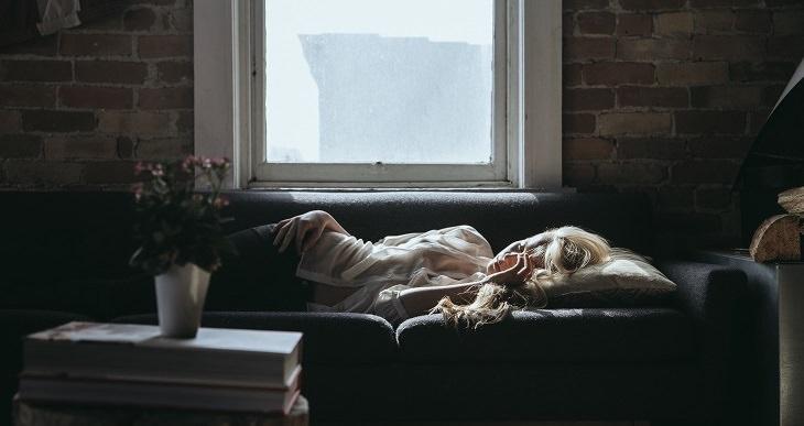 אישה ששוכבת במיטה