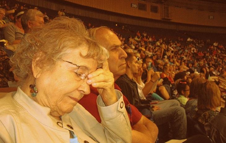 אישה מבוגרת שסובלת מכאב ראש