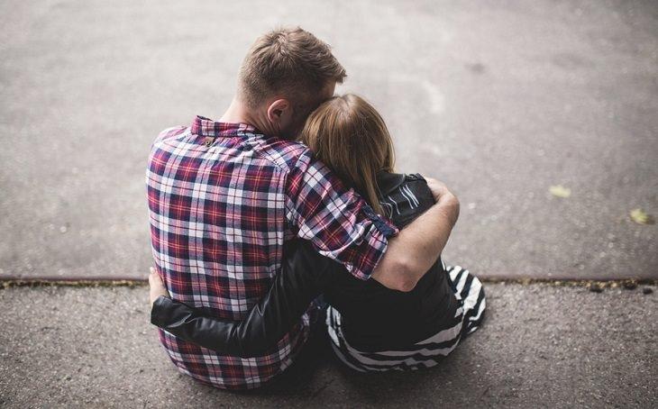 זוג חברים מחובקים ומשוחחים אחד עם השנייה