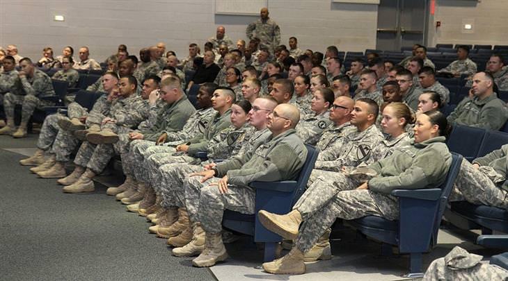 חיילים יושבים באולם הרצאות