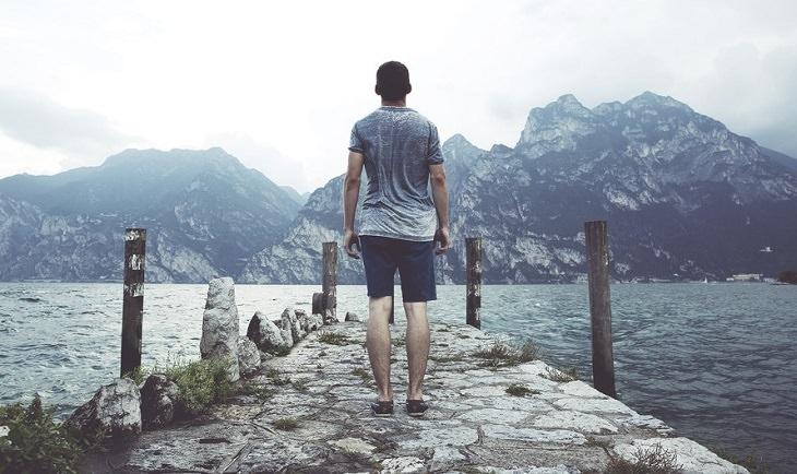 אדם צופה אל נוף הררי מרוחק