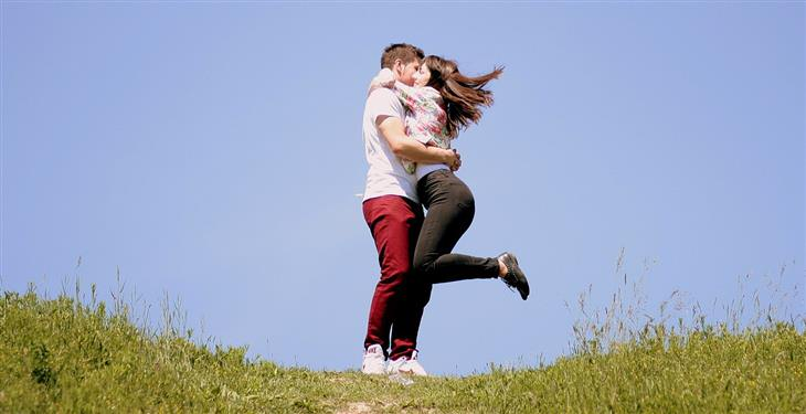 גבר ואישה מתחבקים ומאושרים