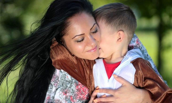 אמא מחבקת ילד