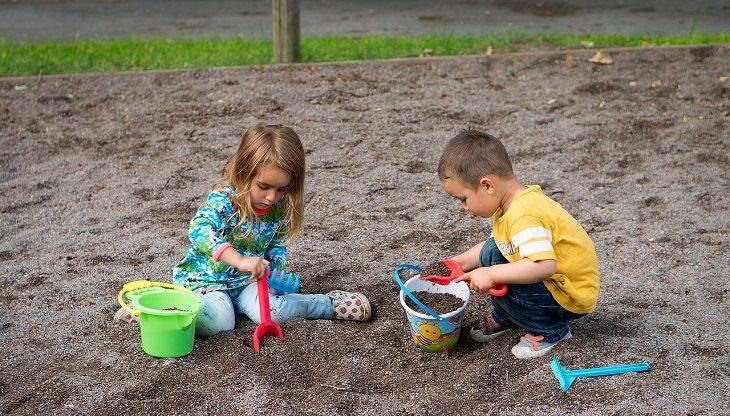 ילדים בגינה