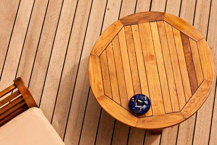 שולחן עשוי עץ