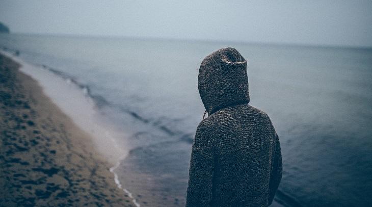 בחורה צועדת לאורך הים