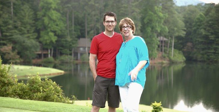 בן מצולם עם אמו על רקע אגם