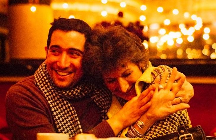 בן מחבק את אמו