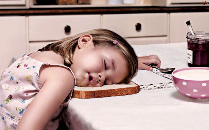 ילדה ישנה על פרוסת לחם
