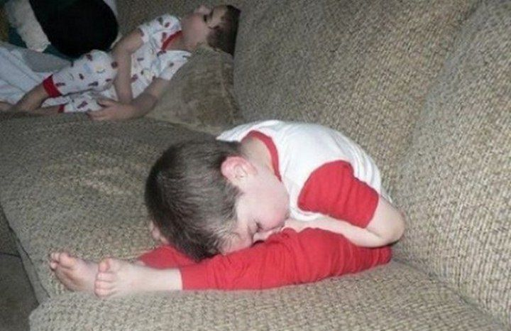 ילד קטן ישן על הרגליים שלו