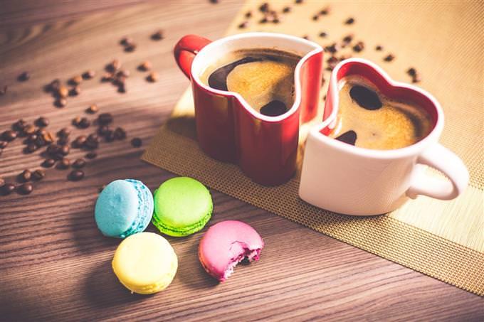 שתי כוסות קפה ועוגיות לידן