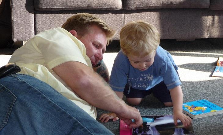 שיטה לדיבור עם ילדים באופן שעוזר להם להצליח בחיים: אבא מלמד את בנו לקרוא מחוברת