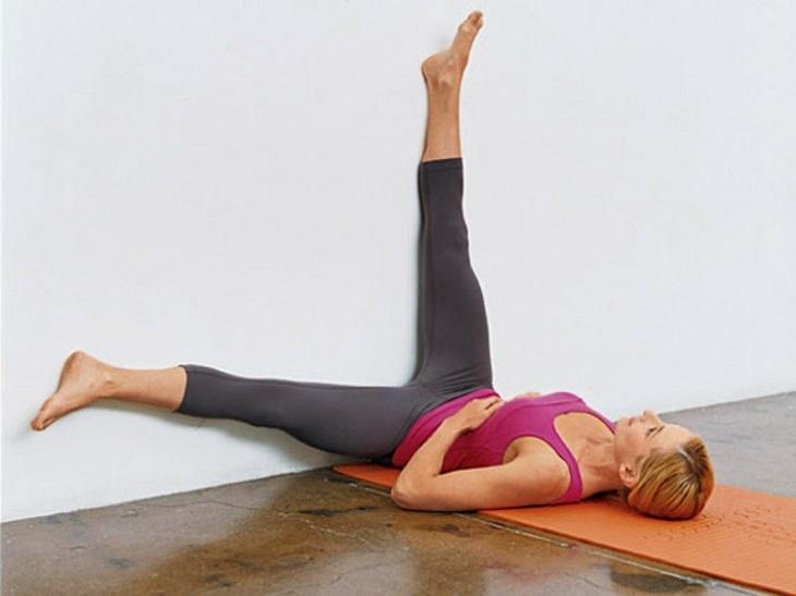 תרגילים איזומטריים: אישה שוכבת בתנוחת תחנת רוח