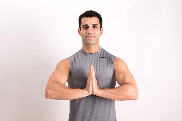 תרגילים איזומטריים: אדם מצמיד את ידיו זה לזו בתנוחת תפילה
