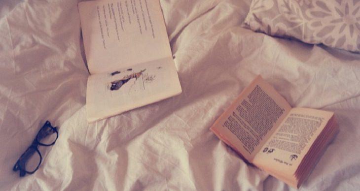 ספרים ויומנים על מיטה
