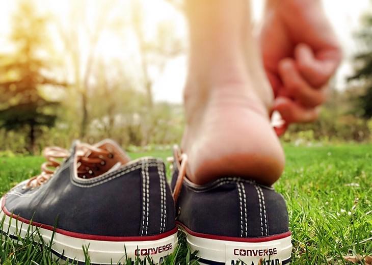 כף רגל שעומדת להיכנס לתוך נעל