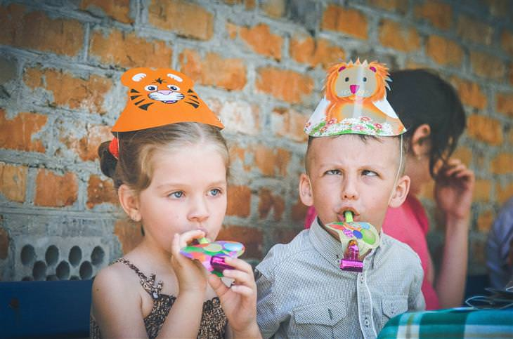 ילדים בחגיגה עם צעצועים וכובעים מיוחדים