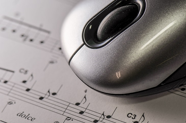 עכבר מחשב על דף של תווים