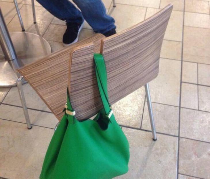 חידושים טכנולוגיים מיפן: כיסא עם חור ייעודי לתיק צד בחלקו העליון