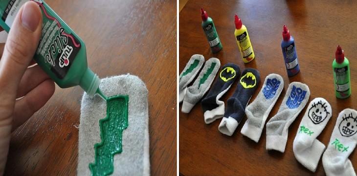 אדם יוצר צורות על גרביים בעזרת צבע