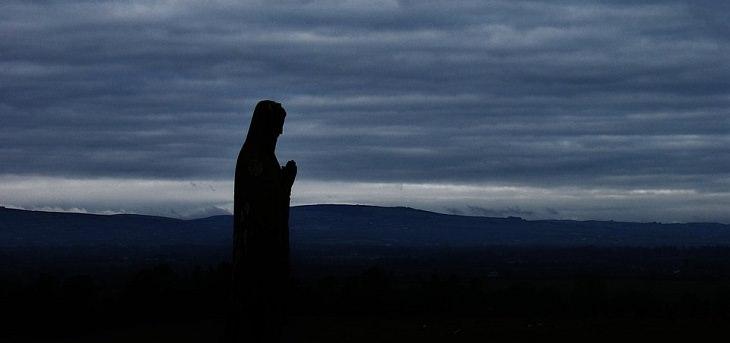 אדם מתפלל