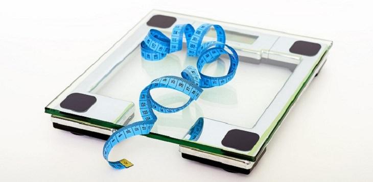 משקל דיגיטלי שעליו סרט מדידה כחול