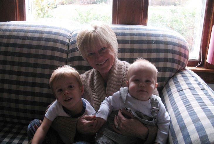 סבתא מחבקת תאומים