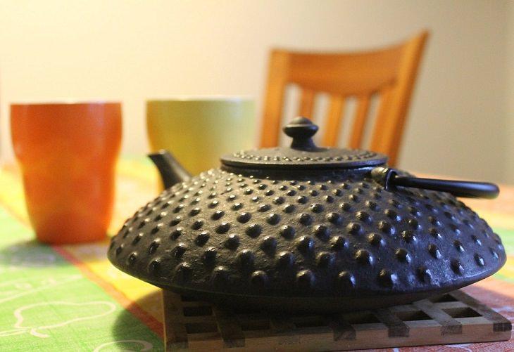 פריטים שמומלץ לא להכניס למדיח: קומקום תה עשוי מברזל יצוק