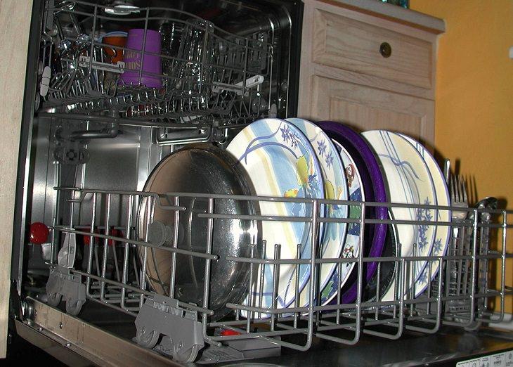פריטים שמומלץ לא להכניס למדיח: מדיח כלים פתוח עם כלים בתוכו