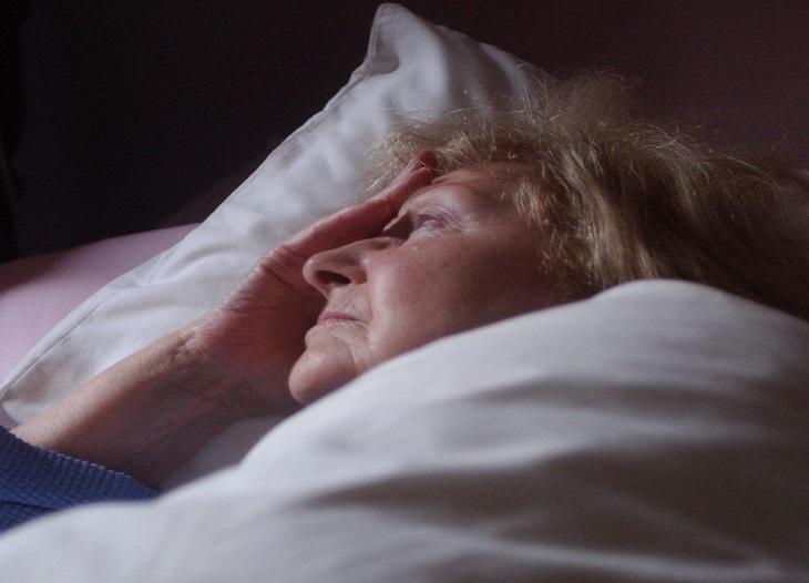 אישה ערה שוכבת במיטה