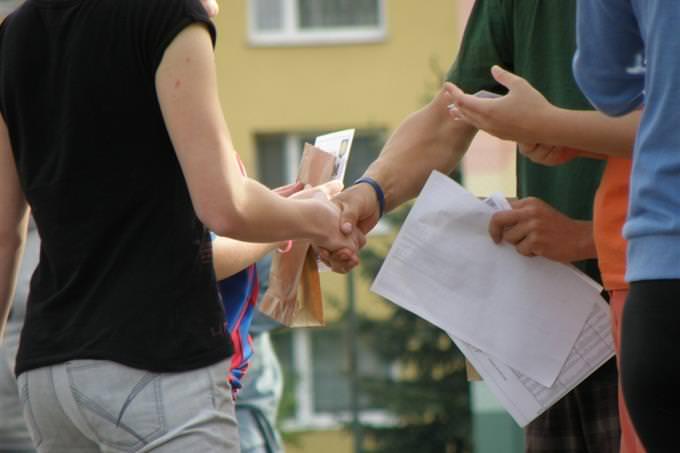 לחיצת ידיים בעת מפגש של אנשים