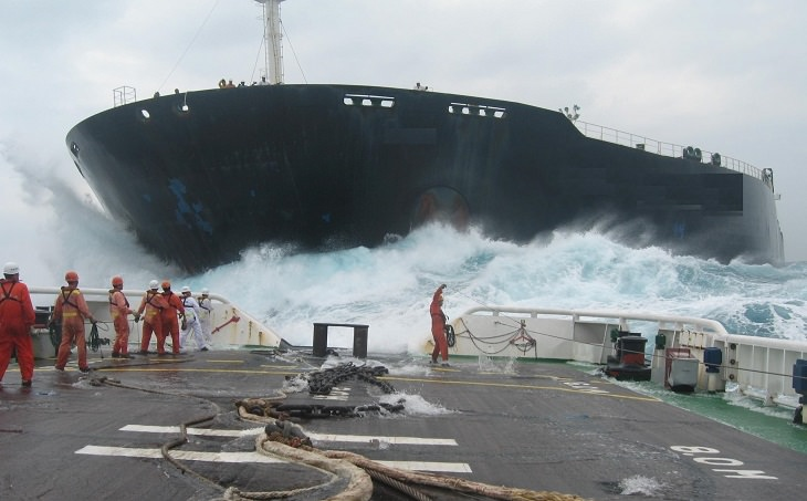 מלחים עובדים על הסיפון בזמן שהים סוער